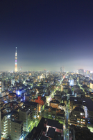 東京スカイツリーのライトアップと錦糸町方向の街並 10247018636| 写真素材・ストックフォト・画像・イラスト素材|アマナイメージズ
