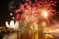 新年節の花火とアート・サイエンス・ミュージアム 10247019586| 写真素材・ストックフォト・画像・イラスト素材|アマナイメージズ