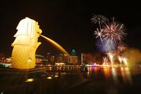 新年節の花火とマーライオンとマリーナ・ベイ・サンズ 10247019589| 写真素材・ストックフォト・画像・イラスト素材|アマナイメージズ