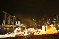 新年節イベント会場とマリーナ・ベイ・サンズ夜景 10247019596| 写真素材・ストックフォト・画像・イラスト素材|アマナイメージズ