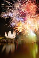 新年節の花火とアート・サイエンス・ミュージアム 10247019678| 写真素材・ストックフォト・画像・イラスト素材|アマナイメージズ