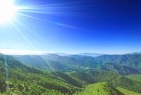 富士山と八ヶ岳と南アルプスの山並みと太陽の光芒