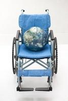 地球儀を乗せた車椅子