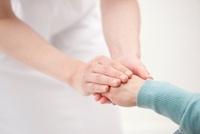 車椅子の老人女性の手を握る看護師の手 10248000475| 写真素材・ストックフォト・画像・イラスト素材|アマナイメージズ