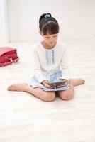 ゲーム機で遊ぶ女の子