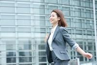 スーツを着てオフィス街を歩く20代OL 10248003487| 写真素材・ストックフォト・画像・イラスト素材|アマナイメージズ
