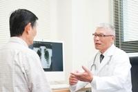 老人患者を診察する中高年の医師 10248004699| 写真素材・ストックフォト・画像・イラスト素材|アマナイメージズ