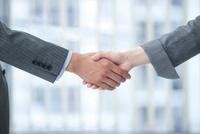 OLとビジネスマンの握手する腕