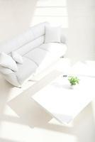 白いソファとテーブルと携帯電話