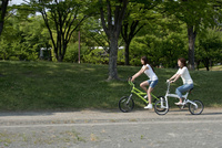 自転車に乗って走る母と娘