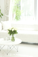 白いソファのあるリビング