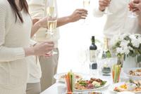 シャンパンを手に持つホームパーティーのお客様