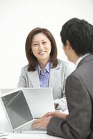 女性の上司とビジネスマン