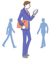 スマホを見るビジネスマン 10248010806| 写真素材・ストックフォト・画像・イラスト素材|アマナイメージズ