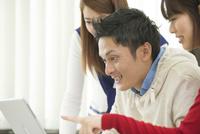 講義室で自習する大学生男女三人