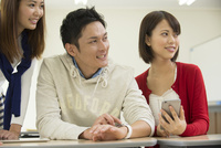 講義室で自習する大学生男女三人 10248014748| 写真素材・ストックフォト・画像・イラスト素材|アマナイメージズ
