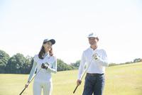 ゴルフをする父と娘