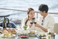 海岸のレストランでワインで乾杯するカップル 10248016938| 写真素材・ストックフォト・画像・イラスト素材|アマナイメージズ