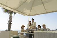 海岸のレストランで乾杯する男女5人