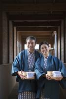 温泉で浴衣と羽織の中高年夫婦 10248017140| 写真素材・ストックフォト・画像・イラスト素材|アマナイメージズ