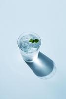 グラスに入った水とミントの葉 10248017624| 写真素材・ストックフォト・画像・イラスト素材|アマナイメージズ