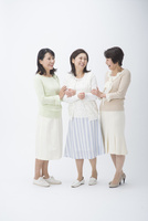 中高年女性とシニア女性の3人 10248017856| 写真素材・ストックフォト・画像・イラスト素材|アマナイメージズ