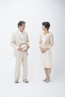 帽子のシニア男性と奥様