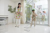 掃除をする家族四人 10248018002| 写真素材・ストックフォト・画像・イラスト素材|アマナイメージズ