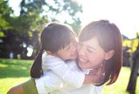 笑顔の母と子