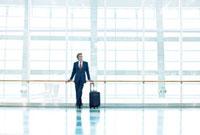 キャリーバッグを持つ日本人シニアビジネスマン 10250001455| 写真素材・ストックフォト・画像・イラスト素材|アマナイメージズ