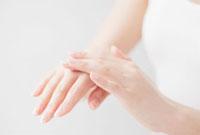 ハンドケアする女性の手元 10250001762| 写真素材・ストックフォト・画像・イラスト素材|アマナイメージズ