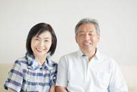 寄り添う笑顔のシニア夫婦