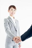 握手をする笑顔のビジネスウーマン