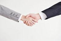 握手するビジネスマンとビジネスウーマンの手