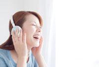 ヘッドフォンをつけた日本人女性