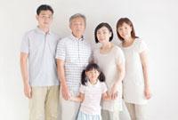 笑顔で寄り添う日本人三世代家族