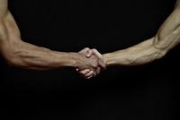握手する2人の男性の手元