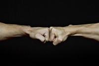 拳を会わせる2人の男性の手元