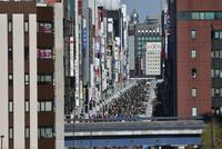 ユリカモメ新橋駅より銀座中央通りを望む