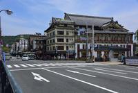 四条通りの街並み 10254014508| 写真素材・ストックフォト・画像・イラスト素材|アマナイメージズ