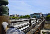 京都,鴨川にかかる三条大橋 10254014595| 写真素材・ストックフォト・画像・イラスト素材|アマナイメージズ