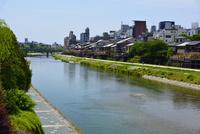 三条大橋からの鴨川 10254014598| 写真素材・ストックフォト・画像・イラスト素材|アマナイメージズ