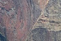 巨大な赤い岩肌