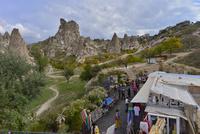 城塞都市ウチヒサールに並ぶ土産物店と観光客