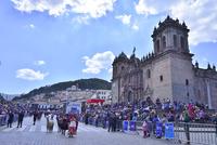 大聖堂(カテドラル)と祭りに集う人々