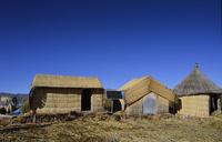 チチカカ湖のウロス島に建つ家々と太陽光発電装置