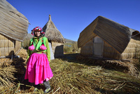 ウロス島で暮すウル族の衣装を着た観光客女性