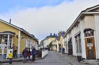 レストランやお店が並ぶポルヴォーの街並み