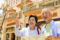 街頭で地図を見るシニア夫婦 10264000545| 写真素材・ストックフォト・画像・イラスト素材|アマナイメージズ
