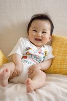 ソファーで笑う赤ちゃん